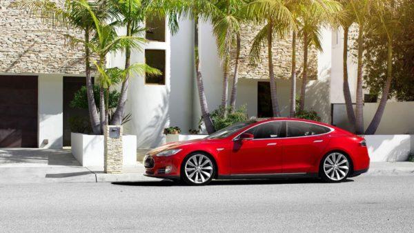 Фото Tesla Model S сбоку