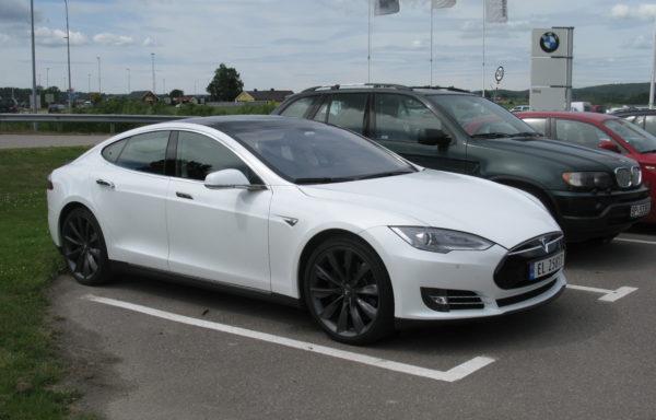 Удар молнии в Tesla Model S