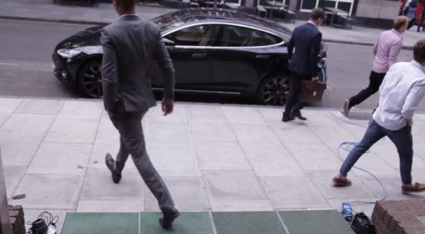 Зарядка автомобиля Тесла шагами
