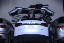Видео: Tesla Model X на тесной парковке