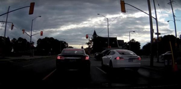 Два Тесла на светофоре