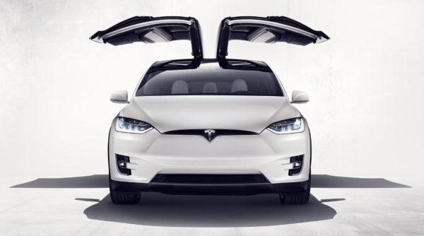 Tesla Model X с открытыми дверьми