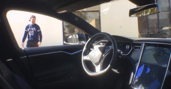 Скейтбордист паркуется на Tesla