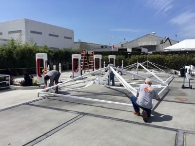 Персонал Tesla сооружает тенты