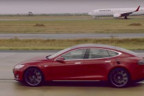 Видео: Tesla S против Boeing 737