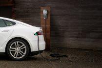 Tesla представила в Европе зарядку электромобиля по месту назначения