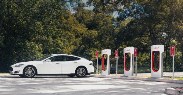 Tesla заряжается на станции Supercharger