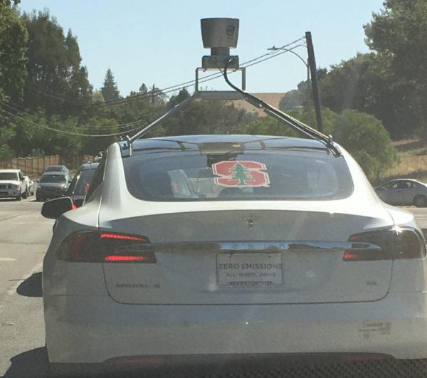 Белая Tesla Model S с лидаром