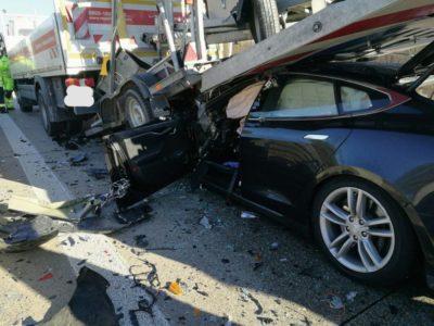 Фото аварии Tesla Model S с грузовиком #1