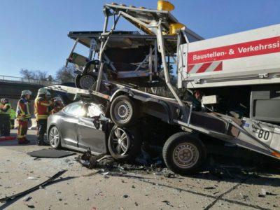 Фото аварии Tesla Model S с грузовиком