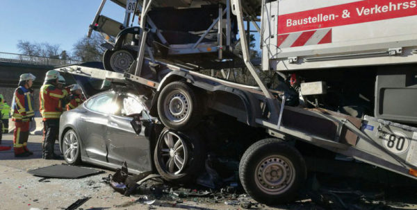 Водитель Tesla Model S выжил в аварии с грузовиком на автобане в Германии