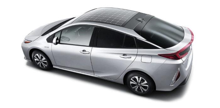 Toyota Prius с солнечной панелью на крыше