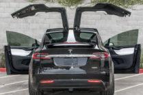 Автоматически открывшаяся дверь Tesla Model X стала жертвой грузовика