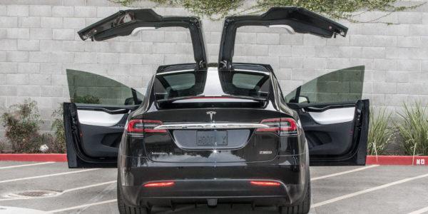 Распахнутые двери Tesla Model X