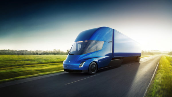 Tesla Semi голубого цвета