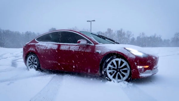 Tesla Model 3 на снегу