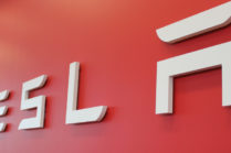 Акции Tesla (TSLA) поднимаются к новым максимумам